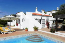 Villa with pool and far reaching countryside views near Santa Barbara de Nexe