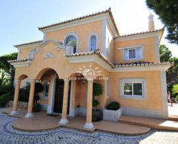 Spacious villa with pool overlooking golf course in Vale do Lobo
