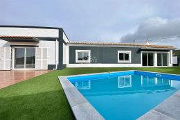 Attractively priced villa with pool and guest annex near Santa Barbara de Nexe