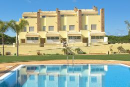 Townhouse with pool in private condominium in Vilamoura