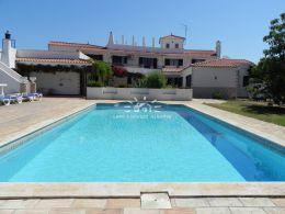 Große schöne Villa mit Pool am Rande eines Flusses in Paderne