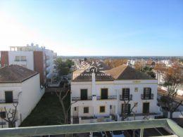 Dachgeschosswohnung in Tavira mit privater Dachterrasse und spektakulärem Meerblick