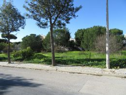 South-facing plot with possibility to build a large villa on good location near Faro