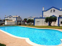 Reihenhaus in grüner Wohngegend mit großem Pool und Terrasse