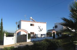Lovely 4 bedroom villa with garage and garden and pool permission in Tavira