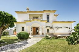 Very well presented South facing villa with pool, garden, basement and garage near Altura and Praia Verde