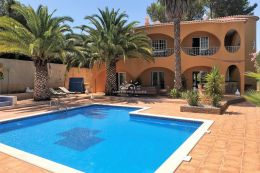 Spacious fully furnished villa with pool in green oasis near Armacao de Pera