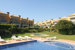 Well presented townhouse with pool in Ferreiras near Albufeira