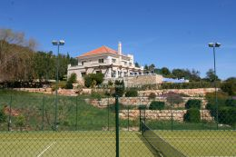 South facing villa with pool, tennis court and magnificent sea view near Santa Barbara de Nexe