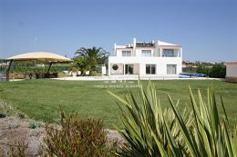 Beautiful villa with pool overlooking Salgados Golf Course within walking distance to beach in Albufeira