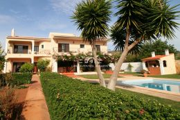 Traditional style Portuguese villa with pool near Vilamoura