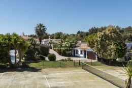 Außergewöhnliche Quinta mit Pool, Tennisplatz und Meerblick nahe Boliquieme