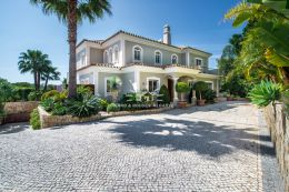 Villa with pool in commanding position in quiet part of the small estate near Quinta do Lago