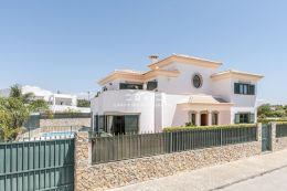 Spacious villa with pool in residential area in walking distance to Almancil
