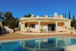 South facing villa with pool and tennis court in privileged residential area near Alvor and Portimao
