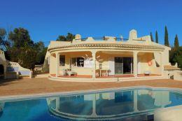 Villa mit pool und Tennisplatz in privilegierte Wohngegend nahe Alvor und Portimao