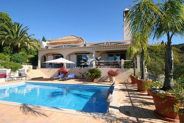 Beautiful villa with pool and sea view in idyllic setting near Estoi