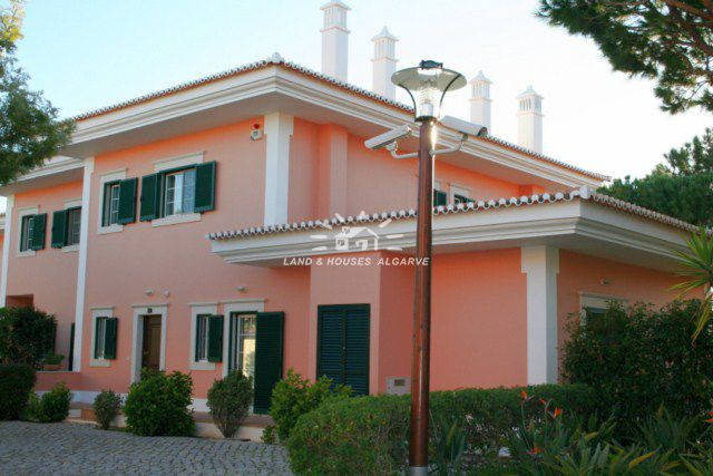 Townhouse with garden and swimming pool close to beach and golf in Quinta do Lago