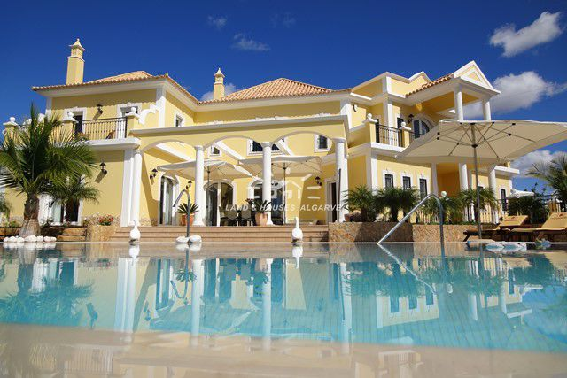 Magnificent villa with pool, country and sea view near Vilamoura