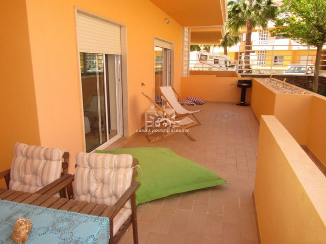 Beautiful fully furnished apartment with a large terrace and communal pool in Cabanas de Tavira
