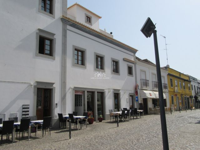 Apartment with large private terrace on an excellent location in the historical centre of Tavira close to the Roman bridge