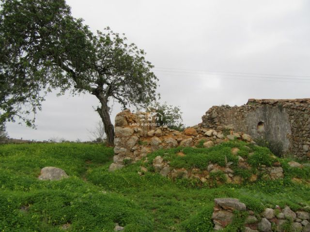 Good-size ruin on South-facing plot enjoying beautiful country and sea view near Sao Bras de Alportel