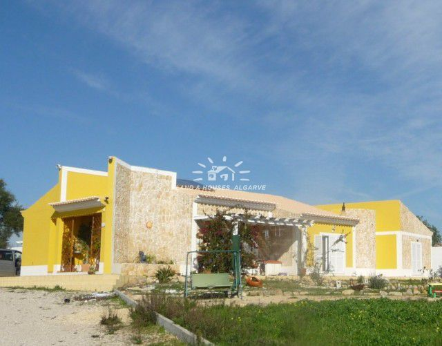 Good-size 3 bedroom bungalow style villa for sale on large plot near Moncarapacho