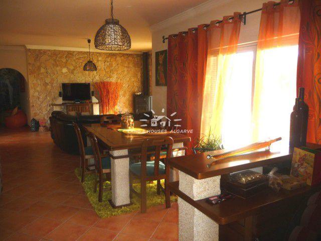 Wohnzimmer mit integriertem Essbereich