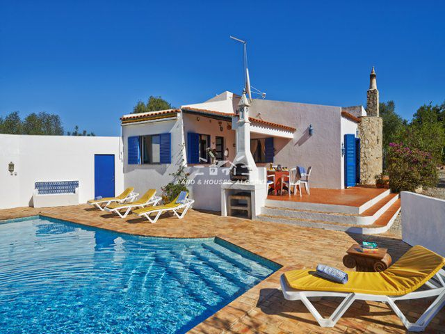 Charming villa for sale with pool located only 5 km from Tavira centre