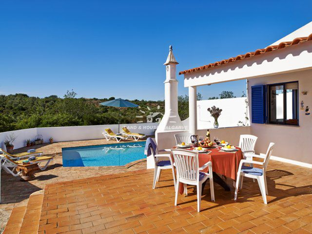 Terrasse und Poolbereich