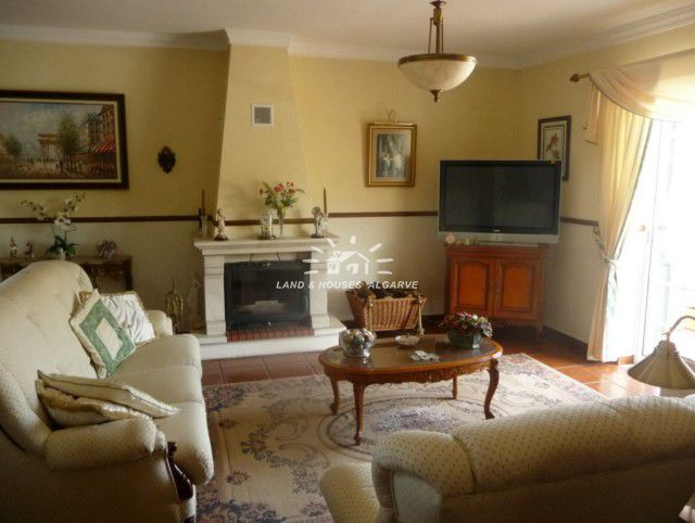 großed Wohnzimmer mit Kamin