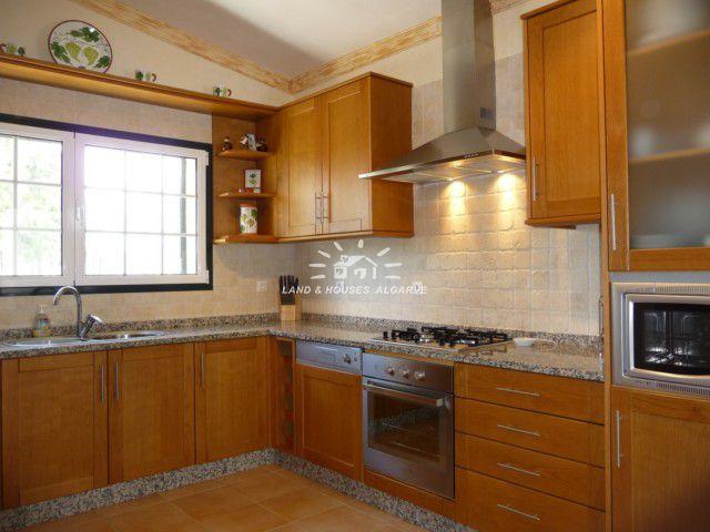 Komplett ausgestatteten Wohnküche mit angrenzendem Hauswirtschaftsraum und einer Speisekammer