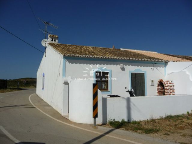 Two bedroom country house for sale on good-size plot near Tavira