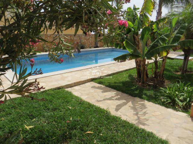 Garten mit Poolbereich