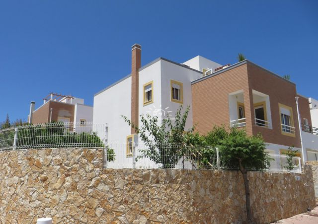 Semi-detached villa with garage for sale in establised residential area in Tavira