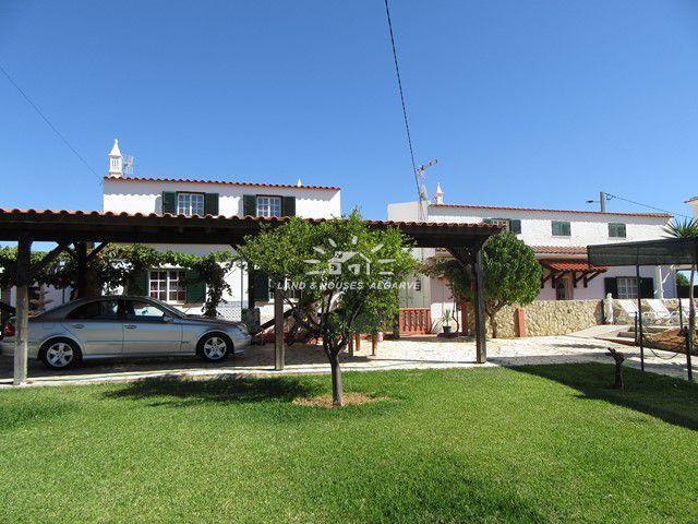 2 Häuser auf schön angelegtem Grundstück nur 2 km vom Strand Altura entfernt
