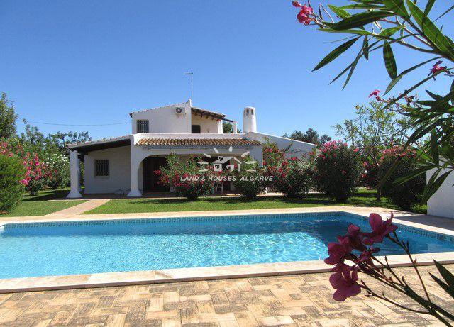 Villa im traditionellen Stil mit Pool und großem Garten mit Obstbäumen nahe Moncarapacho und Fuzeta