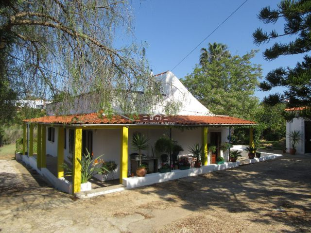 Quinta style villa with garage and mature garden on beautiful plot near Moncarapacho