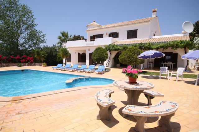 Exceptionally spacious villa with guesthouse and pool near Tavira