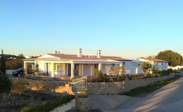 Hill top villa near Tavira with garage and far-reaching sea and country views