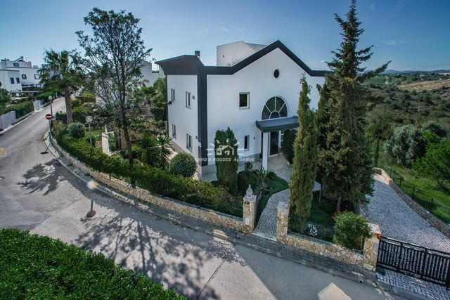 For Sale, large Villa with swimming pool, mature garden and garage