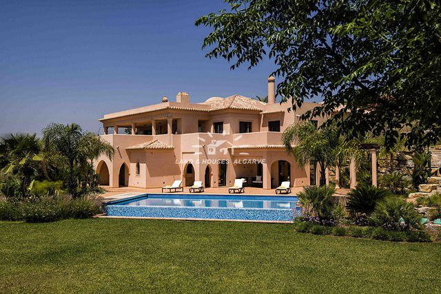 Villa with infinity pool on golf resort in Alcantarilha