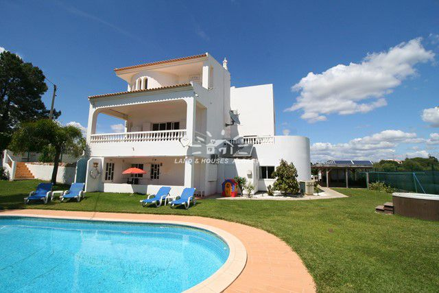 Villa with pool consisting of 5 apartments, property rental business in Albufeira
