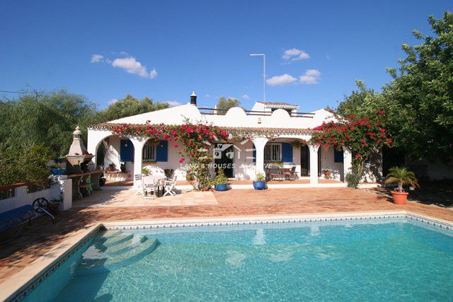Rustic 3 bedroomed bungalow with pool in Benfarras