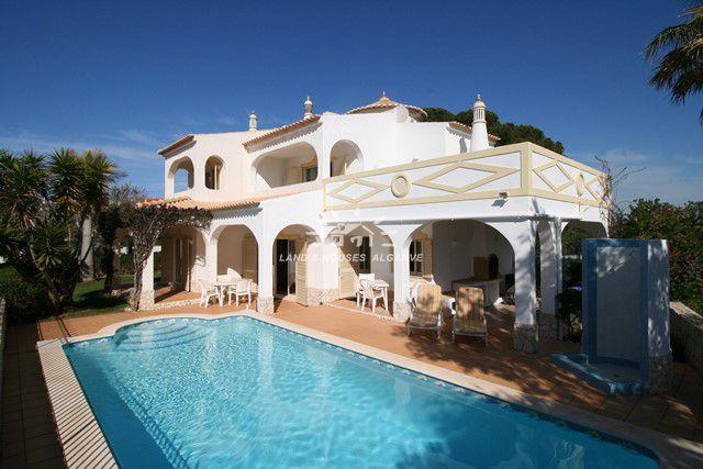 Freistehende Einfamilienhaus mit Pool nahe dem Falesia Strand in Albufeira