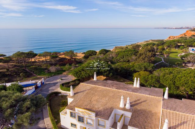 Frontline villa with pool and beautiful sea view located between Albufeira and Vilamoura