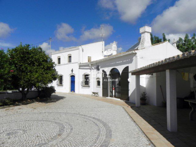 Charming and spacious 7 bedroom villa for sale with garage in quiet residential area near Boliquieme