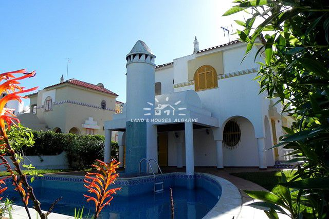 4 bedroom villa with pool for sale in quiet residential area nearby the marina in Vilamoura