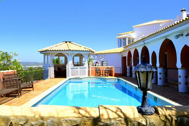 Spacious 4 bedroom Villa with sea view and pool for sale in Goldra