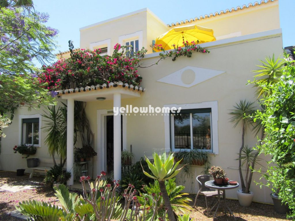 Ideally located 4 bedroom house with small garden in Tavira ...